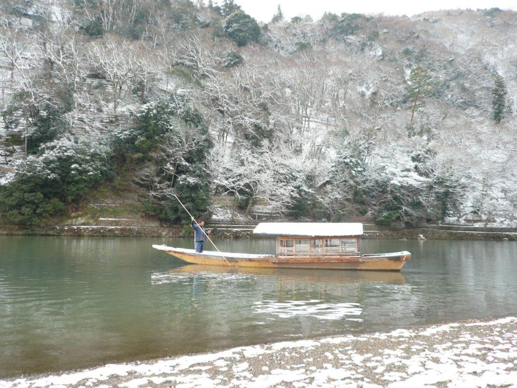 嵐山屋形船雪景色