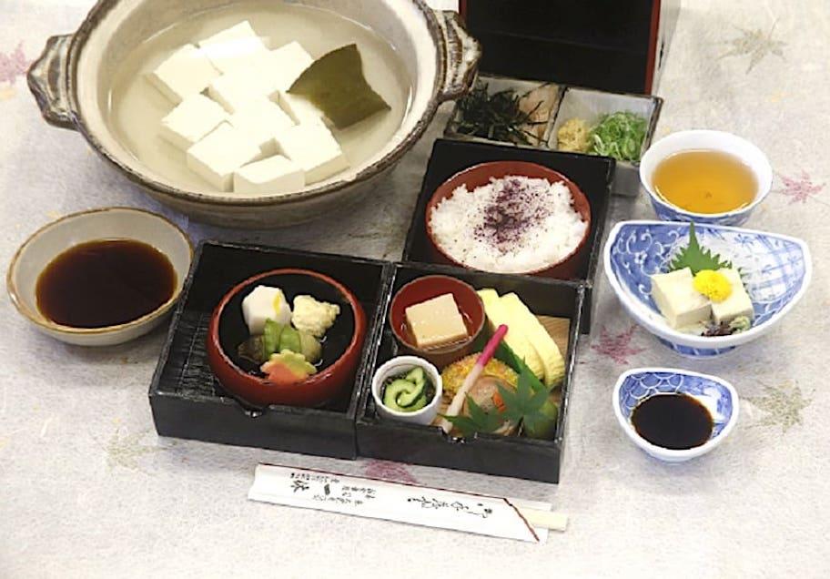 京料理 一休(写真の豆腐は2人前) 大堰川手提弁当(湯豆腐・湯葉刺し付)