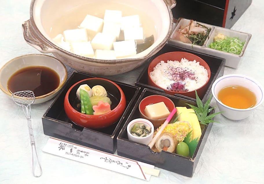 京料理 一休(写真の豆腐は2人前) 桂川手提弁当(湯豆腐付)